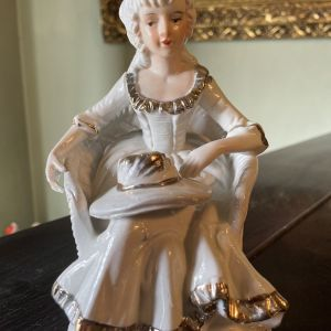 Vintage Πορσελάνη Γυναίκα σε Καρέκλα