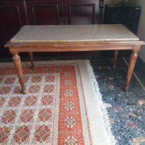 Μαρμάρινο τραπέζι σαλονιού. Διαστάσεις: ύψος 45cm x 50cm x 95cm.