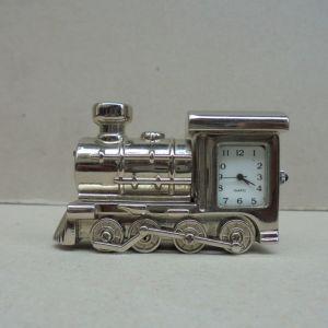 Ρολόι - μινιατούρα τρένο, επινικελωμένο. Λειτουργεί με μπαταρία.
