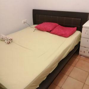 Πωλείται διπλό κρεβάτι από μασίφ ξύλο σε χρώμα wenge. Η τιμή είναι συζητήσιμη