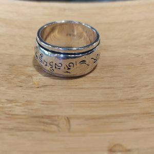 Ασημένιο ανδρικό δαχτυλίδι 990 sterling silver, με περιστρεφόμενη στεφάνη. Μέγεθος 64,97 η 11. Πλάτος 12 χιλιοστά. Βάρος 16,23 γραμμάρια. Καινούριο στο κουτί του