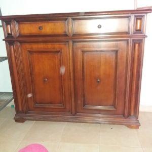 Έπιπλο με ντουλάπι και μονό κρεβάτι στο πίσω μέρος. Διαστάσεις: ύψος 130cm x 140cm x 40cm.