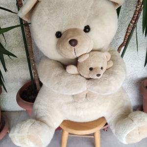 10 ευρώ. υπέροχη μαμά αρκούδα με το μωρό της. σε άριστη ποιότητα και κατάσταση. διαστάσεις 60Χ50