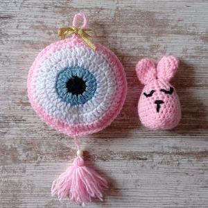 Πλεκτό σετ δώρου από ένα διακοσμητικό μάτι σε ροζ χρώμα για κορίτσι και ένα πλεκτό λαγουδάκι.  Ύψος ματιού 29 εκ. Μήκος 14 εκ. Ύψος λαγού 10εκ. Μήκος 5 εκ.
