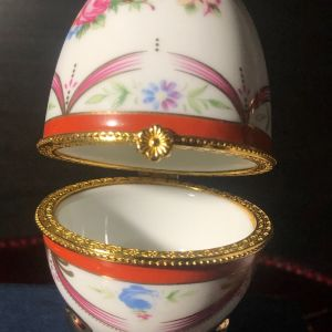 Limoges Μπιζουτιέρα πορσελάνης αυγό ζωγραφισμένο στο χέρι με μπρούτζινα στεφάνια... Με τη σφραγίδα γνησιότητας...Αμεταχείριστο στο κουτί του!