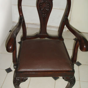 (2) Δύο Μασίφ ξύλινες πολυθρόνες