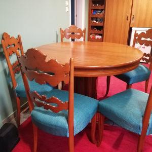 Τραπεζαρία με τιρκουάζ καρέκλες