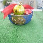 Μπολ από πορσελάνη, βαμμένο σε μπλε και χρυσό χρώμα, μαζί με 4 χριστουγεννιάτικες μπάλες.