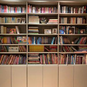 Σύνθεση Modeco με ράφια βιβλιοθήκης στο πάνω και ντουλάπια στο κάτω μέρος σε γκρι χρώμα