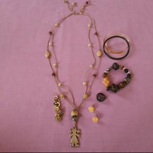 Ένα κολιέ με τρία βραχιόλια, ένα δακτυλίδι,  ένα ζευγάρι σκουλαρίκια και ένα σκουλαρίκι ακόμα.