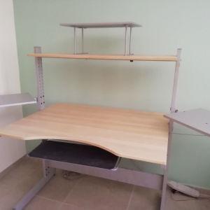 Γραφείο με πρόσθετα κομμάτια, αγορασμένο από Ικεα, το έχω λυμένο για εύκολη μεταφορά με Ι. Χ.  Η συναρμολόγηση του, γίνεται με ένα Άλεν, εύκολα.