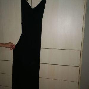 Αφόρετο φορεμα μαύρο με σκίσιμο στο πλάι και ανοιχτή πλάτη