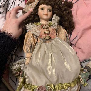Πορσελανινι κούκλα