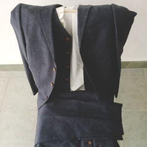 Κουστούμι μπλε σκούρο με γιλέκο και λευκό πουκάμισο + θήκη μεταφοράς (Άριστη κατάσταση)