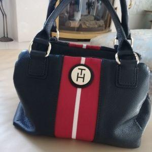 Πανέμορφη αυθεντική γυναικεία τσάντα από τη συλλογή της εταιρίας TOMMY HILFIGER