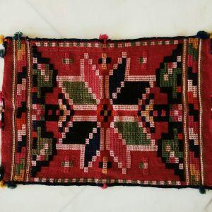 Μαξιλάρα ολόμαλλη στον αργαλειό, αρχές 20ου αιώνα, φυτικής βαφής, διαστάσεων 0,66χ0,46 του μέτρου. Καθαρισμένη, έτοιμη για χρήση.