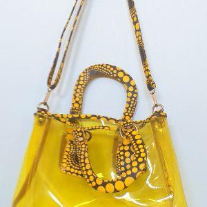 Σπορ γυναικεία πλάτης και χειρός τσάντα, μαζι με όμοιο νεσεσέρ, διάφανη σε πανέμορφο κίτρινο χρώμα, διαστάσεων ύψους 80 εκατοστά.