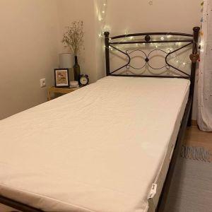 Μονό κρεβάτι με άνετο στρώμα