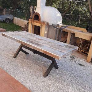 Πωλείται τραπέζι με μεταλλικό σκελετό και καπάκι με επένδυση πλακάκι τύπου vintage