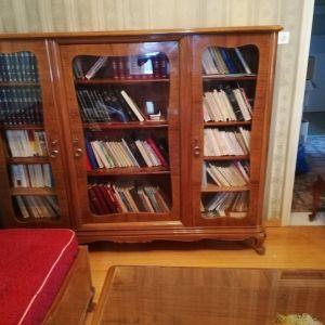 Πωλείται καρυδένια βιβλιοθήκη vintage