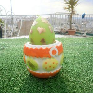 Πορσελάνινη θήκη με αυγό- κερί πασχαλιάτικο, έχει ύψος 10 εκατοστά.