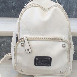 Άσπρη τσάντα ώμου και πλάτης με φερμουάρ και πολλούς αποθηκευτικούς χώρους, αχρησιμοποίητη, ύψος 50 εκ και πλάτος 25 εκ.