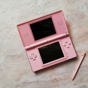 Nintendo DS μαζί με δύο κασέτες