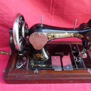 Ραπτομηχανή SINGER βαλιτσάκι αρχών του προηγούμενου αιώνα.