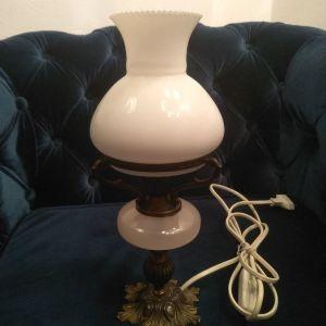 Μια όμορφη μικρή λάμπα Οπαλινα!Τα καλώδια έχουνε αλλαχτεί! Ύψος:30εκ Διάμετρος:12εκ(Άριστη Κατασταση)