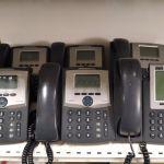 Τηλεφωνικό κέντρο Cisco . Μια συσκευή Cisco 7900 IP Phone με έγχρωμο LCD και πλήθος επαγγελματικών χαρακτηριστικών και 5 συσκευές SPA922 Linksys με μονόχρωμη οθόνη, δυνατότητα τριμερής συνομιλίας.
