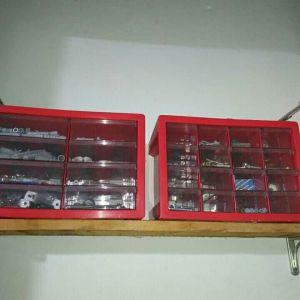2 εργαλειοθήκες με εργαλεία ούπα και βίδες