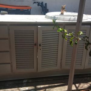ντουλάπι μπάνιου μασιφ ξύλο άριστο με νιπτήρα βρυση κλπ