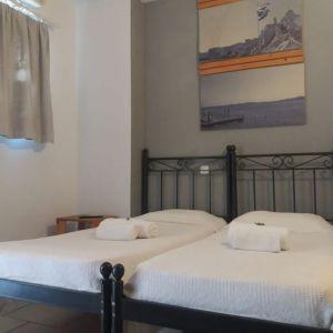 Ενοικιάζεται επιπλωμένο διαμέρισμα 1ου ορόφου με μπαλκόνι, στο λιμάνι της Ερμούπολης