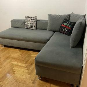 Καναπές κρεβάτι γωνία, γκρι χρώματος, με αλέκιαστο ύφασμα.