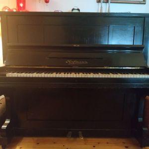 Πωλείται πιάνο Hofmann, σε πολύ καλή κατάσταση.
