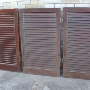 Πωλούνται ξύλινα παντζούρια μεσαίου μεγέθους