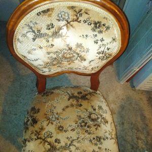 Καρέκλες εποχής σκαλιστες.