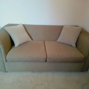 Καναπές διθεσιος λαδί με δύο μαξιλαράκια