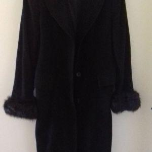 Παλτό μαυρο με αληθινες γούνινες μανσέτες