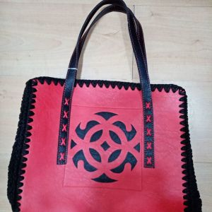 Χειροποίητη τσάντα δερματινη με πλεκτα πλαϊνά, κόκκινη μαυρη