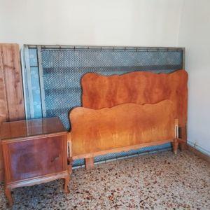 Κρεβατοκάμαρα παλαιά με 2 κομοδίνα