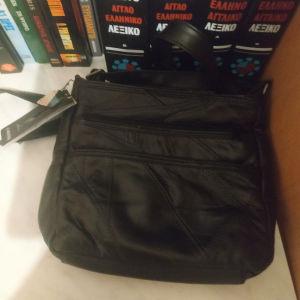 Μια μαύρη δερμάτινη τσάντα και μια μπεζ καινούργιες και δωρο κλειδοθηκη