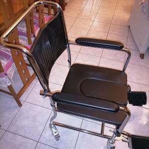 Αναπηρικό αμαξιδιο με δοχείο νυκτός, αχρησιμοποίητο