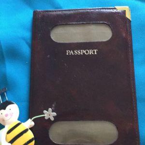 Δερμάτινη θήκη για διαβατήριο.