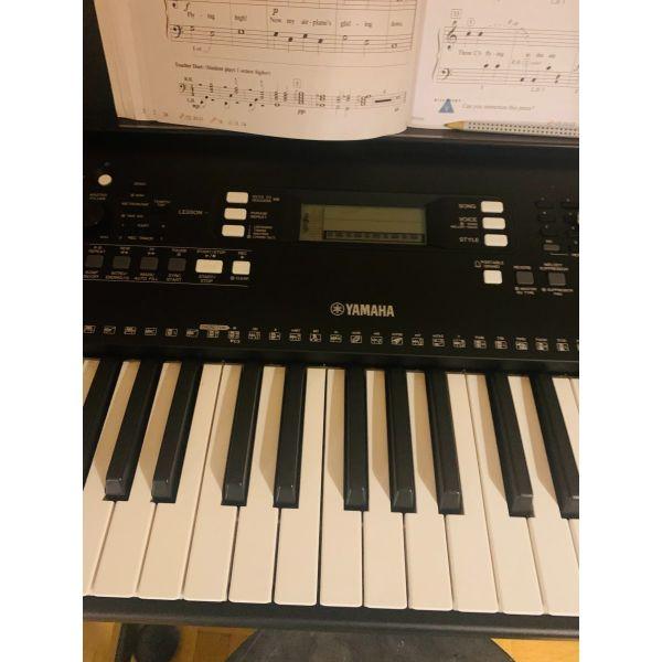 ilektriko armonio iAMAHA PSR -E 363 mazi me to stirigma keyboard Stand