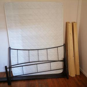 Κρεβάτι διπλό 1,40χ1,90 μαζί με στρώμα και τάβλες