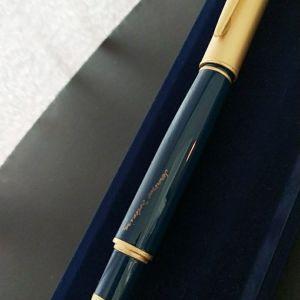 Πένα από σκληρό συνθετικό σε μπλε χρώμα με λεπτομέρειες σε θαμπό χρυσό.