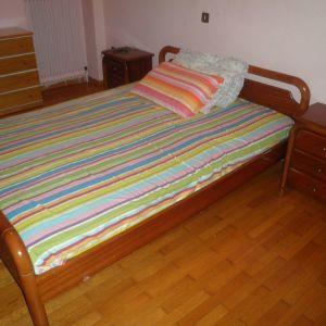 Κρεβάτι διπλό με 2 κομοδίνα.