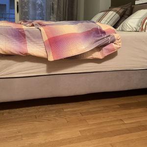 υπέρδιπλο κρεββάτι