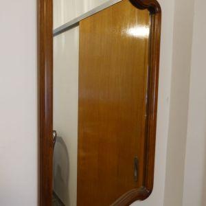 Καθρέφτης χειροποιητος ξύλινος(καρυδια) καφέ χρώμα, διαστάσεις ύψος 86εκ και πλάτος 49εκ, άριστη κατάσταση
